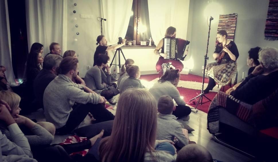 """Film do artykułu: """"Granie na dywanie"""" w Radomiu – ciekawa inicjatywa muzyków. Organizują koncerty w domach"""