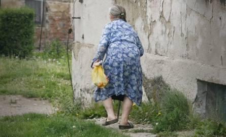-Od dawna nie mam wody, a od 2 tygodni prądu. Tak dokucza mi wnuk, któremu darowałam dom - skarży się 87-letnia pani Stanisława z Torunia. Wnuk tłumaczy: