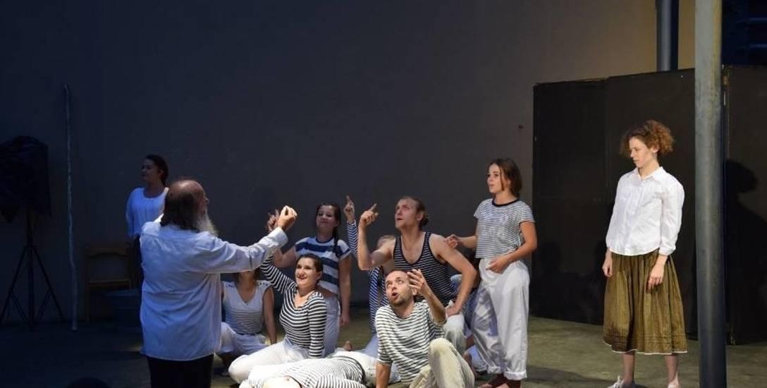 Artyści Teatru Terminus a Quo, który ma siedzibę przy ul. Kościuszki