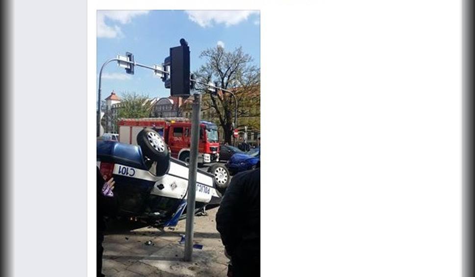 Film do artykułu: Radiowóz dachował w centrum Bydgoszczy. Zderzył się z seatem