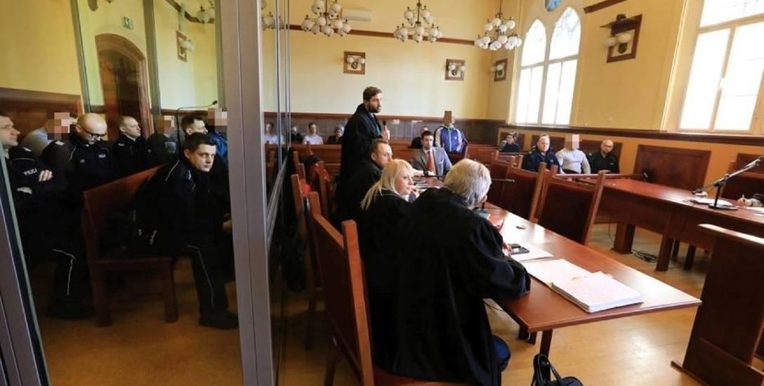 Członkowie gangu pitbulla nie grzeszyli kulturą na sali rozpraw Sądu Okręgowego w Toruniu...