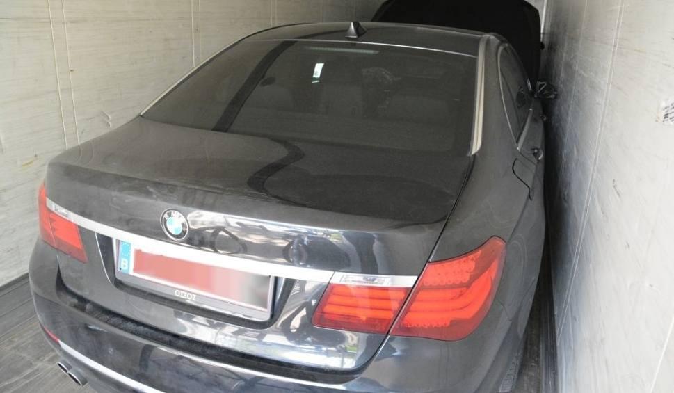 Film do artykułu: Jeżewo Stare. Uzbrojony Litwin wiózł kradzione Porsche Cayenne i BMW (zdjęcia, wideo)