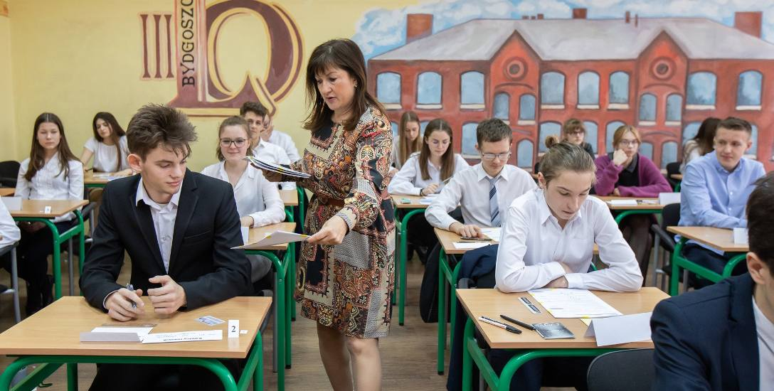 Gimnazjaliści i ósmoklasiści poznali już wyniki egzaminów, ale zaświadczenia odbiorą wraz ze świadectwem w dniu zakończenia roku szkolnego, czyli w najbliższą
