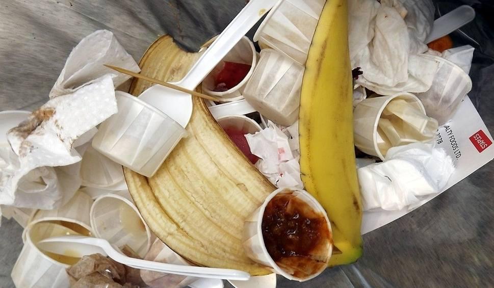 Film do artykułu: Jedzenie wyrzucane do śmieci najczęściej. Czego wyrzucamy najwięcej? Sprawdź!