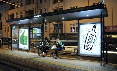 Nowe wiaty przystankowe wyglądają nowocześnie i zapewniają pasażerom większą wygodę podczas oczekiwania na tramwaj