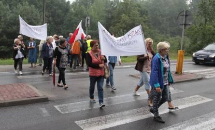 Protest w Jedlni - Letnisko. Mieszkańcy znów zablokowali drogę Radom - Kozienice. Bronią karetki
