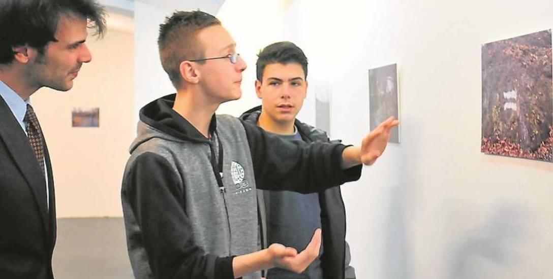 Młodzi twórcy i Mikołaj Spodaryk podczas gorącej dyskusji nad kadrem