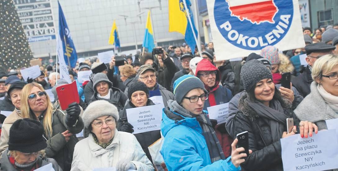 Po decyzji wojewody doszło do protestów w obronie patrona placu - Wilhelma Szewczyka