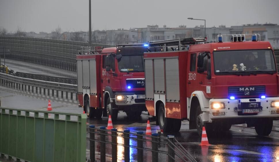 Film do artykułu: Zapaliła się maszyna w hali produkcyjnej w Maksymilianowie - gorąca noc strażaków