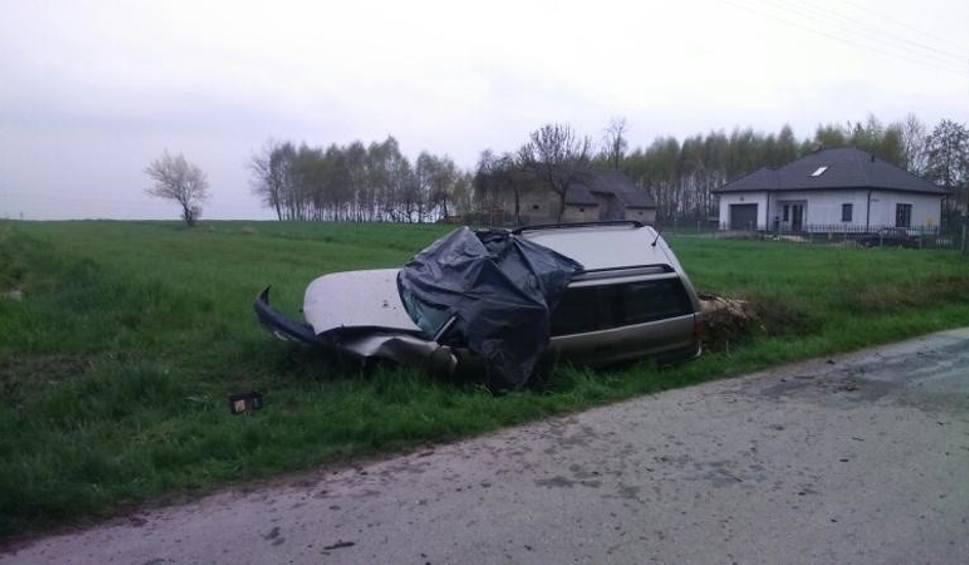 Film do artykułu: Januszkowice, powiat buski. Auto uderzyło w pień drzewa. Kierowca zginął na miejscu