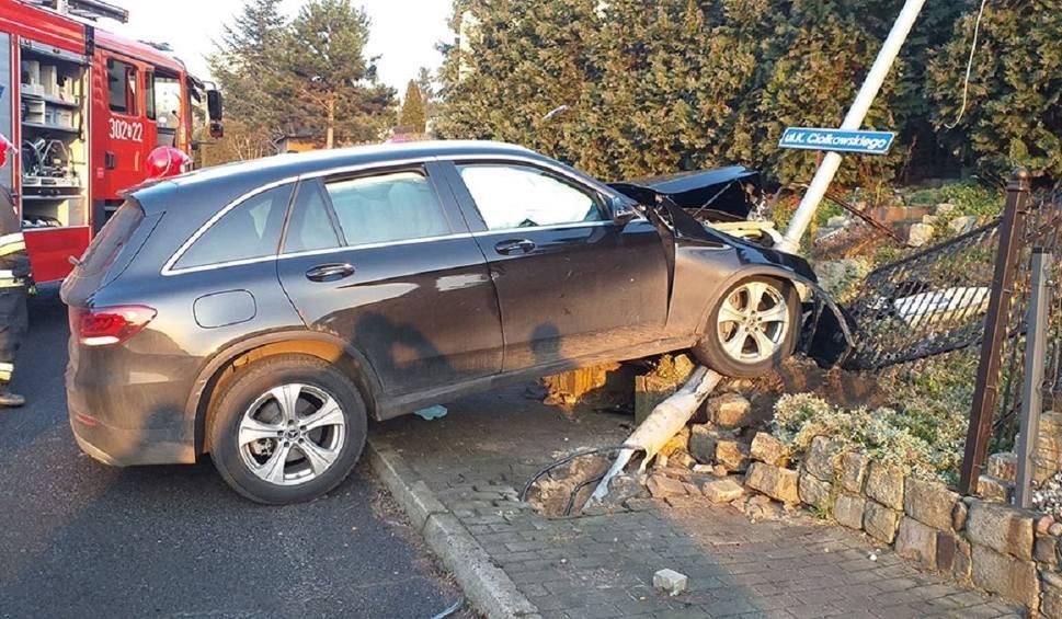Film do artykułu: GORZÓW. Wypadek. Mercedes uderzył w ogrodzenie. Kierowca został przetransportowany do szpitala