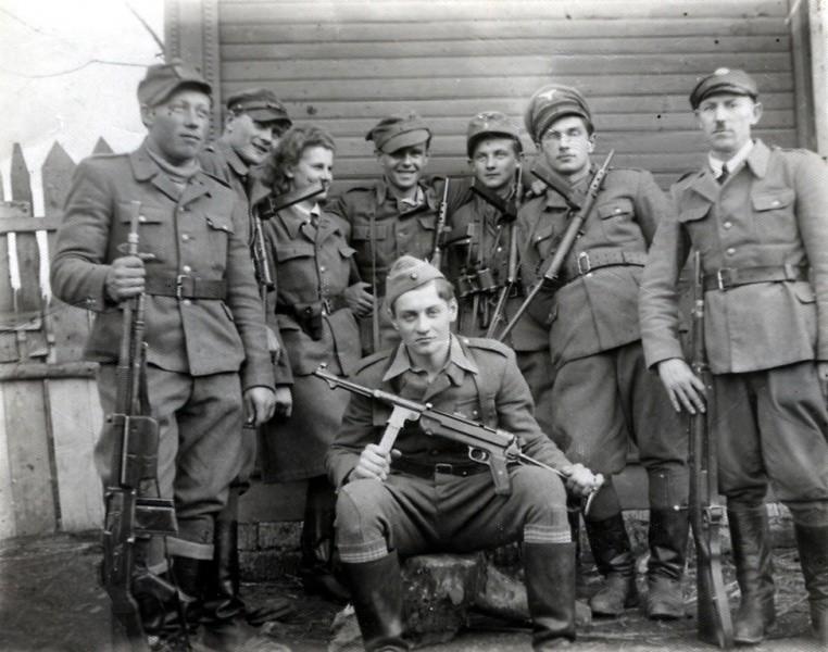 """Od kwietnia do czerwca 1945 roku oddział """"Zapory"""" (na zdjęciu siedzi), który liczył ponad 300 żołnierzy, w 9 grupach bojowych, dokonał"""