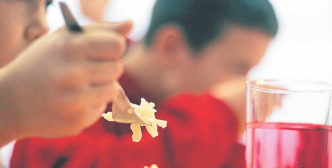 Z obiadów w szkołach korzysta dziś stosunkowo niewiele dzieci, ale kolejki w stołówkach zostały