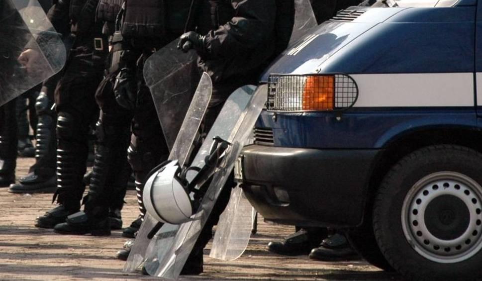 Film do artykułu: Zaatakowali kibiców Broni Radom w Augustowie. Wybiegli z lasu, chcieli zatrzymać autokar