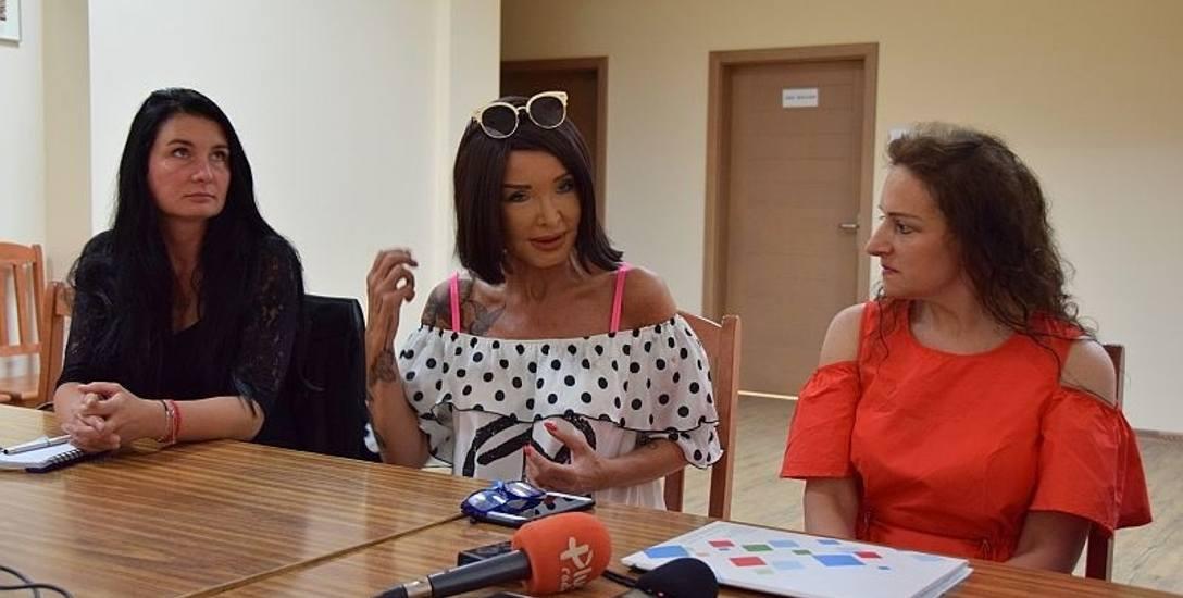 Ewa Minge i Irena Jaskólska - Kralewicz (z prawej) na konferencji prasowej w szpitalu zachęcały do głosowania na zadanie, zwiazane z zakupem onkoczepków.