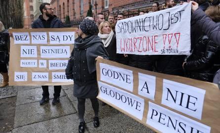 Pracownicy sądowi w niektórych miastach organizują protesty - na zdjęciu protest w Toruniu.
