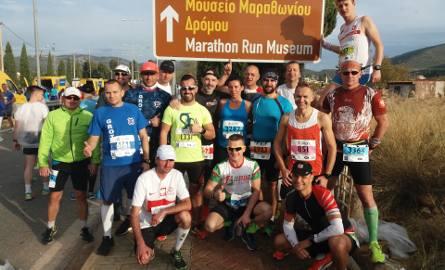 Najliczniejsza grupa polskich biegaczy przed startem w 35. edycji ateńskiego maratonu. Robert Rataj (w dolnym rzędzie od lewej) i Jacek Grajzer (w górnym
