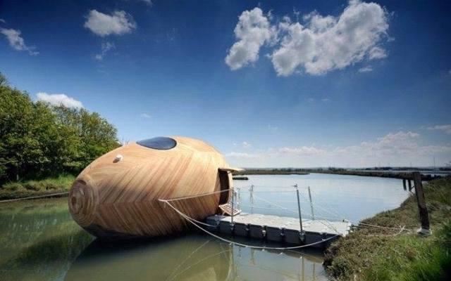 Pływający dom pracownia dla artysty Stephena Turnera, 2013. Zbudowany z drewna dom na wodzie służyć ma przez rok jako schronienie i miejsce pracy. Autorem