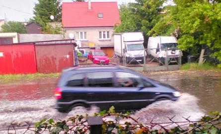 Tak po sobotniej ulewie wyglądała ulica Kołobrzeska. Woda zalała całą ulice, bo kanalizacja nie nadążała z jej odbiorem.