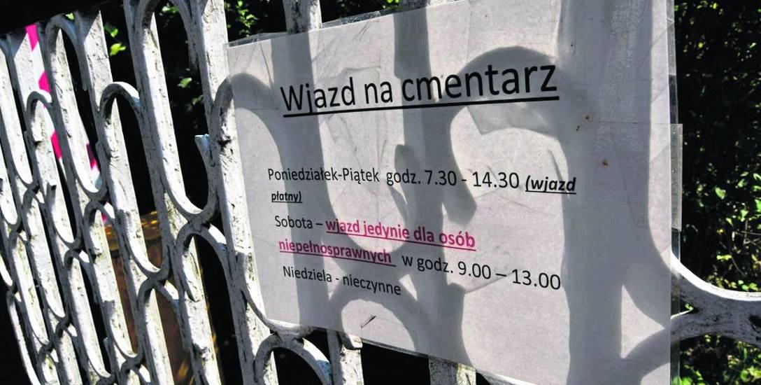 Informacja na bramie wjazdowej na cmentarz jest jasna: w dzień powszedni można tu wjeżdżać, ale za opłatą, w soboty poruszać się tutaj mogą tylko osoby