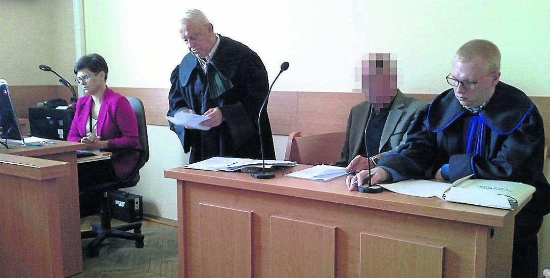 Na wczorajszej rozprawie był tylko obecny jeden z oskarżonych lekarzy - Janusz K.. Po wyjściu z sali powiedział dziennikarzom, że operacja była obciążona