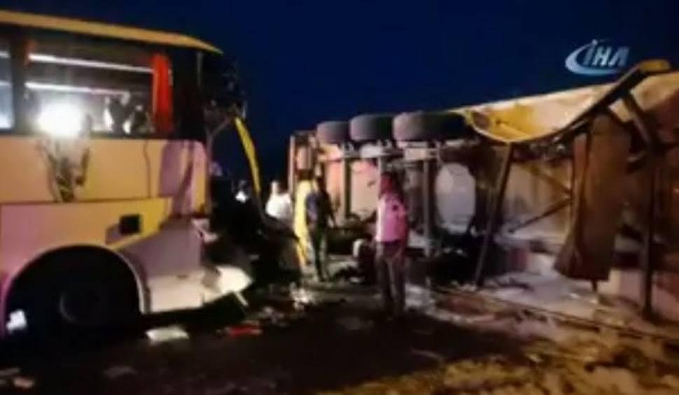 Film do artykułu: Turcja: Wypadek autokaru w mieście Alanya. Zginął pomocnik kierowcy autobusu, polscy turyści ranni