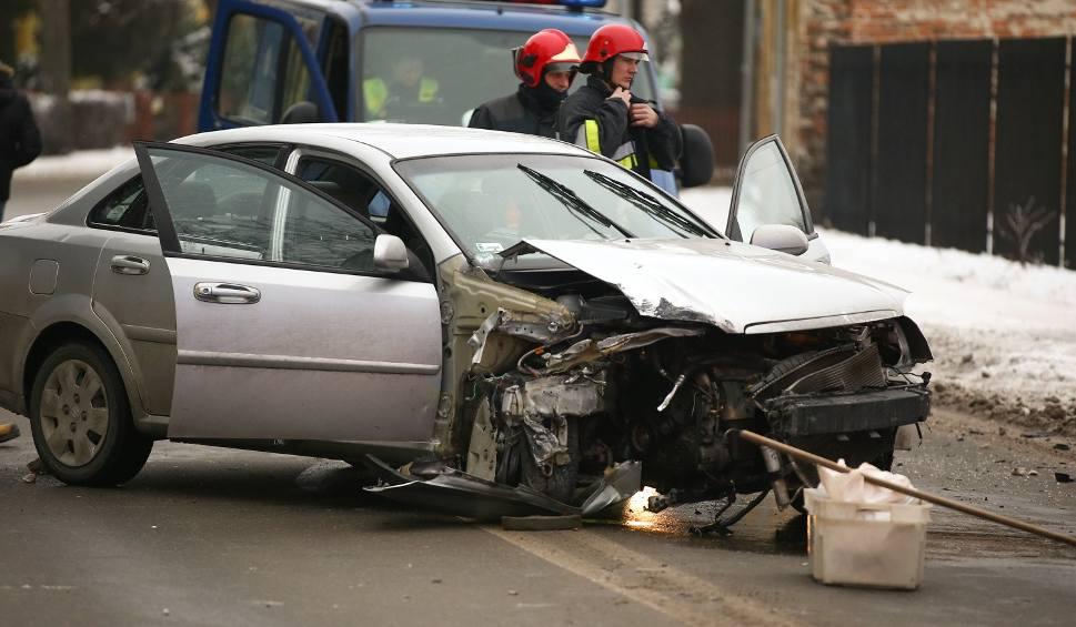 Film do artykułu: Wypadek na śliskiej jezdni w Stalowej Woli. Suzuki staranowało słup latarni. 19-latka w szpitalu