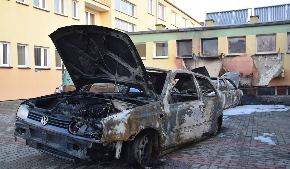 Film do artykułu: Spłonęły auta na terenie miasteckiej szkoły. Nadpaliła się też elewacja budynku (zdjęcia, wideo)