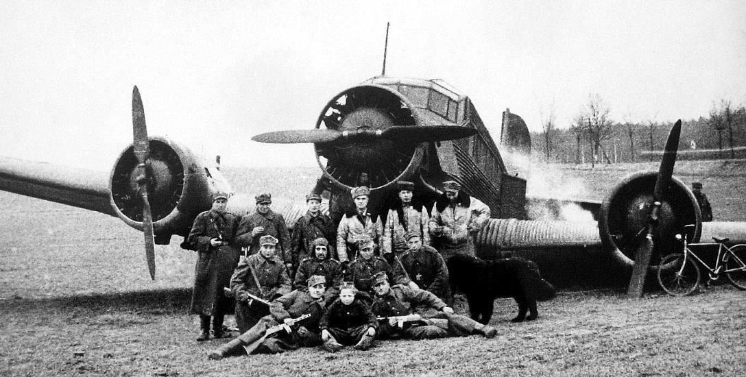 Żołnierze Wojska Polskiego przy samolocie Ju-52, który został zdobyty po awaryjnym lądowaniu pod Charzynem, 10 marca 1945 roku