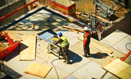 Pracownicy z Ukrainy ratują wiele polskich firm, główne budowlanych. Może być problem, gdy większość z nich wyjedzie na zachód.