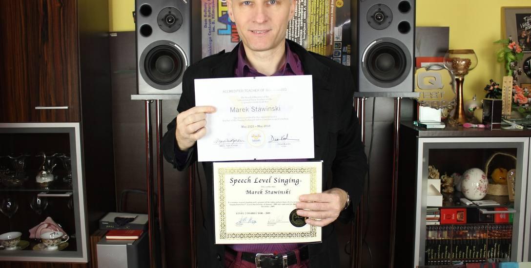 Marek Stawiński ma swoim koncie  międzynarodowe certyfikaty uprawniające do pracy z wokalistami.