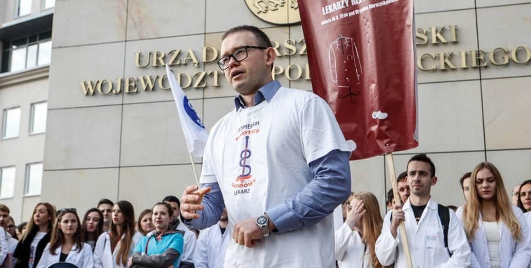 - Pikietujemy, bo chcemy pokazać ludziom, jak dramatycznie wygląda sytuacja w służbie zdrowia - mówi Grzegorz Dworak, rezydent oddziału ginekologiczno-położniczego