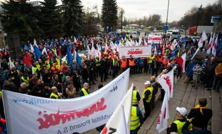 Kraków. Związkowcy z ArcelorMittal nie chcą wygaszenia wielkiego pieca, jest protest [ZDJĘCIA]