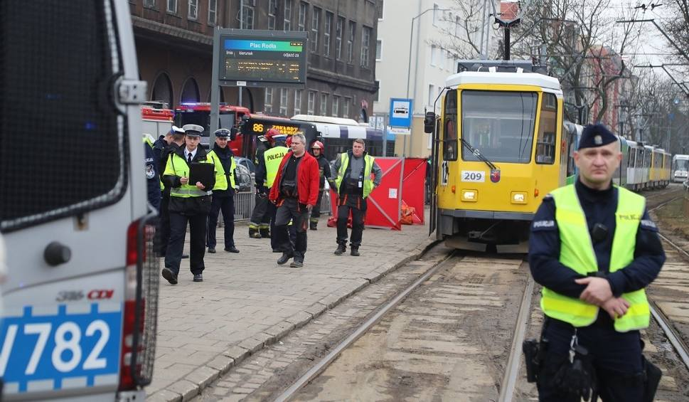 Film do artykułu: Szczecin. Śmiertelne potrącenie, mężczyzna wpadł pod tramwaj przy placu Rodła