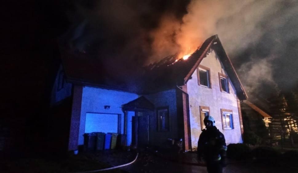 Film do artykułu: Pożar w Baninie! 1.05.2021 r. Spłonął dom jednorodzinny, nikomu nic się nie stało. Straty sięgają 250 tys. zł