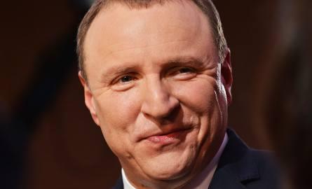 Jacek Kurski, prezes TVP, jest politykiem od połowy lat. 90. Należał kolejno do PC, ROP, ZChN, PiS, LPR, znów PiS i następnie Solidarnej Polski