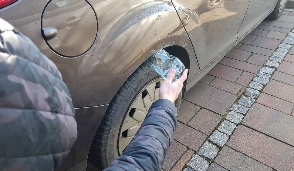 Film do artykułu: Złodzieje nabijają kierowców w butelkę. Pusta butelka w nadkolu oznacza kłopoty. Nowy sposób oszustów i złodziei samochodów [23. 2. 2020 r.]