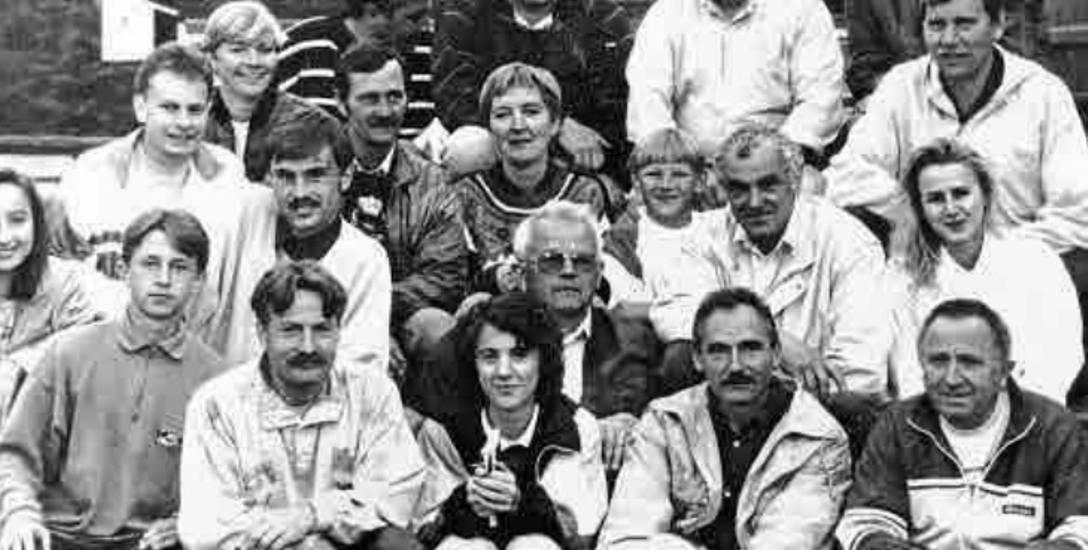 Jerzy Henke (w środku w okularach) wśród strzelców i działaczy GKS Gryf