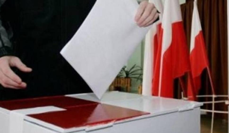 Film do artykułu: Wybory samorządowe 2018. Nietypowy incydent w Błędowie. Głosujący... zjadł kartę!