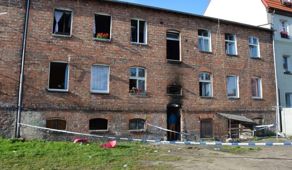 """Film do artykułu: Tragiczny pożar kamienicy w Lęborku. Dożywocie dla 20-letniego Macieja D. Sąd: """"Nie znaleźliśmy żadnych okoliczności łagodzących"""""""