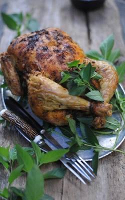 Aromatyczny i chrupiący kurczak pieczony na soli.