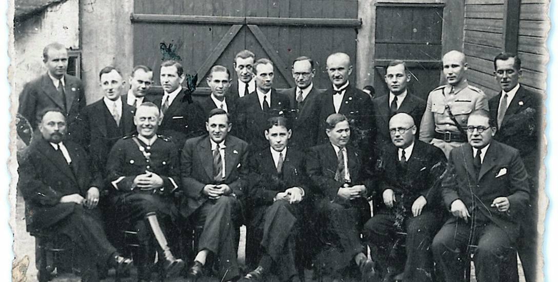 Zdjęcie pierwszy raz reprodukowane, z podpisem na odwrocie: Ochotnicy 1919-1920. Wykonane w 1934 r. przez białostockiego  fotografa na Rynku Kościuszki.