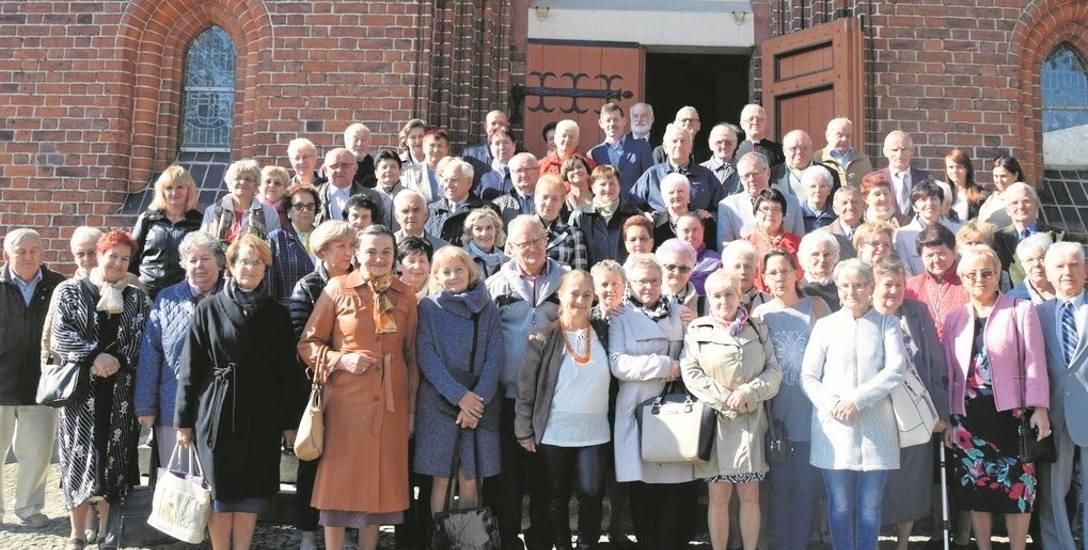 """Członkowie Katolickiego Stowarzyszenia """"Civitas Christiana"""" z delegacjami z innych oddziałów i zaproszonymi gośćmi na pamiątkowym zdjęciu. Stoją przed"""