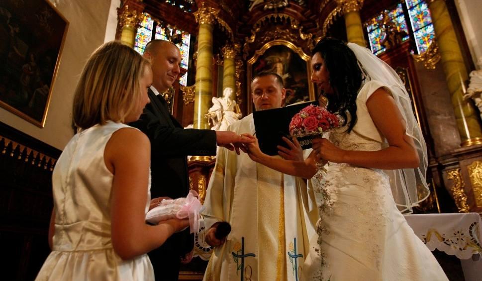 Film do artykułu: W Grudziądzu drastycznie spadła liczba ślubów kościelnych