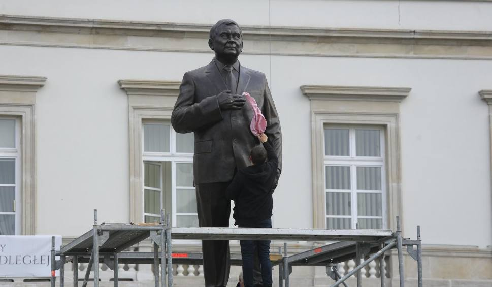 Film do artykułu: Warszawa: Pomnik prezydenta Lecha Kaczyńskiego na placu Piłsudskiego [ZDJĘCIA] [WIDEO]