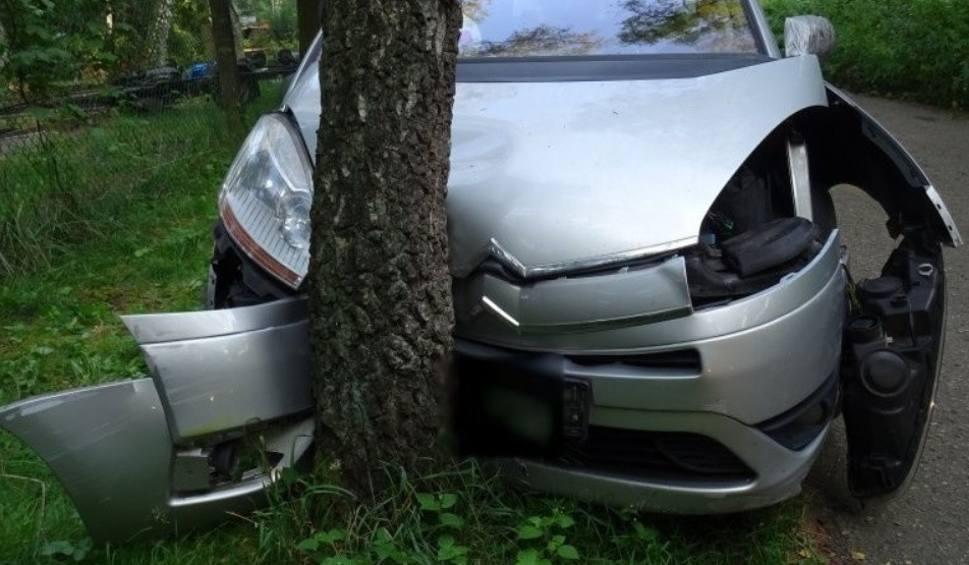 Film do artykułu: Wypadek w Pyskowicach. Auto uderzyło w drzewo. Czwórka dzieci bez fotelików. Reanimowano 2,5-latkę