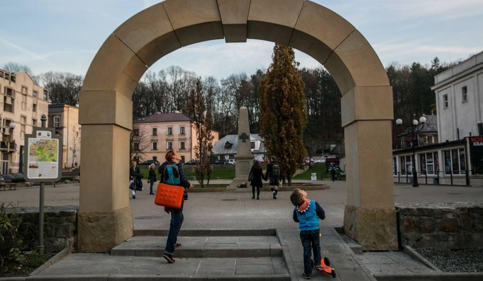 Film do artykułu: Plac Niepodległości. Kamienna brama kontra zieleń na pergoli