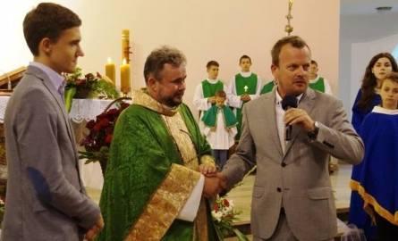 Ks. Kujawa w Kazimierzu Górniczym pracował od 2002 roku, dokończył tutaj budowę kościoła parafialnego. Jest bardzo popularny. Księdza pożegnał nawet