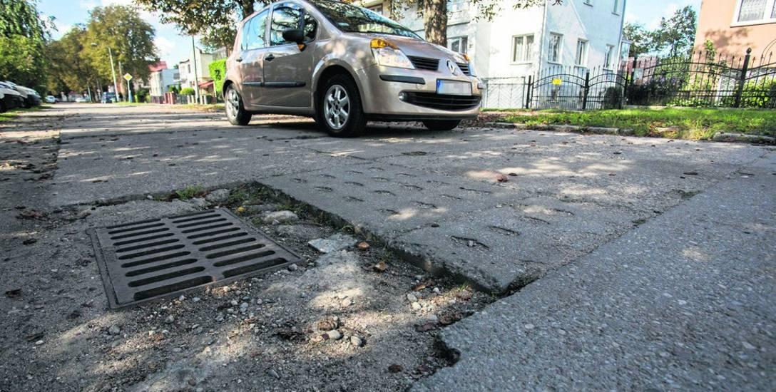 Ulica Sułkowskiego składa się z kilku części: asfaltowej koło Arciszewskiego, z płyt betonowych, nieutwardzonej i znowu betonowej koło Gdyńskiej. A jaka