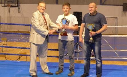 30ffd56c9 Prezentuje go Grzegorz Nowaczek z Rushh Kielce, trener Marcina Raka,  najlepszego zawodnika spotkania walczącego w zielono-czarnych barwach  zawodnika Staru.